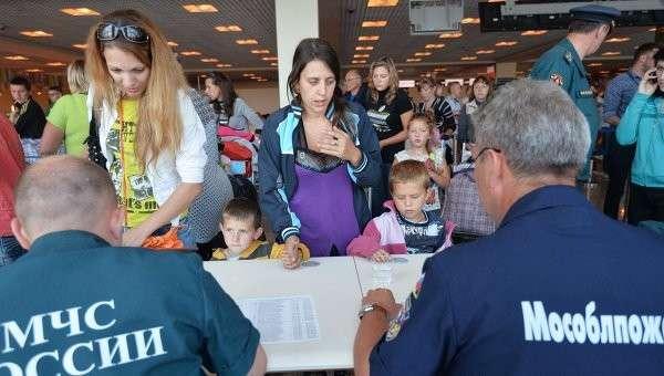 Сотрудники МЧС встречают беженцев с Украины. Архивное фото