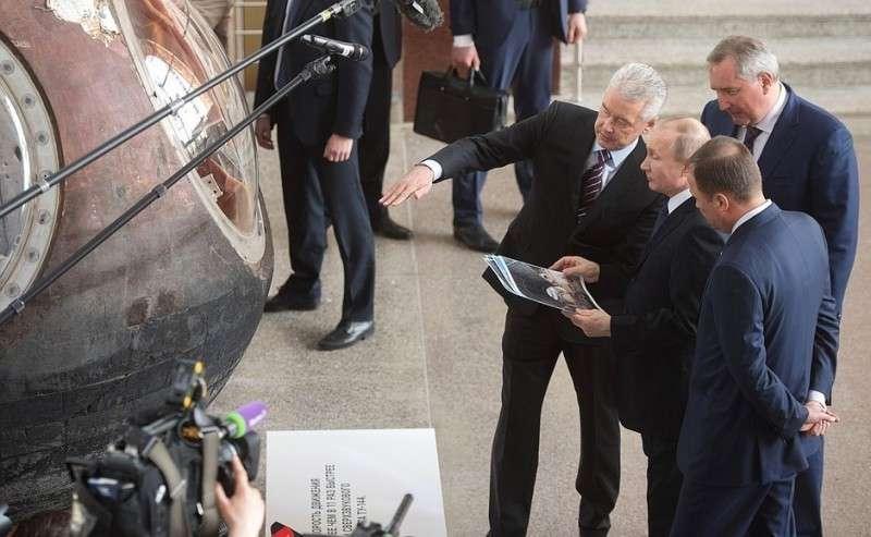 Входе посещения павильона «Космос» наВДНХ Владимир Путин осмотрел спускаемый аппарат корабля «Восток-1».