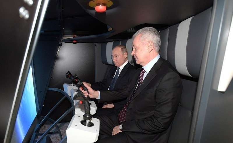 Смэром Москвы Сергеем Собяниным входе посещения павильона «Космос» наВДНХ.