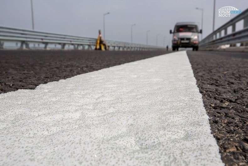 На полотно Крымского моста наносят дорожную разметку