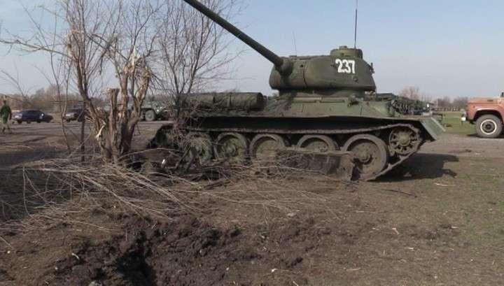В Луганске украинские фашисты подбили танк Т-34, который воевал ещё с немецкими фашистами