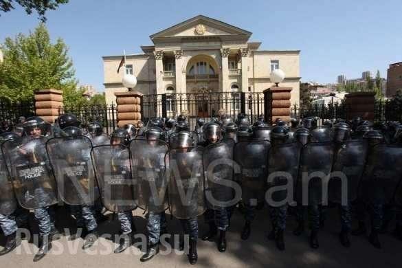 ВЕреване «бархатные революционеры» осадили резиденцию премьера (+ФОТО, ВИДЕО) | Русская весна