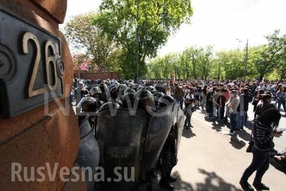 ВАрмении «бархатные революционеры» осадили резиденцию премьера