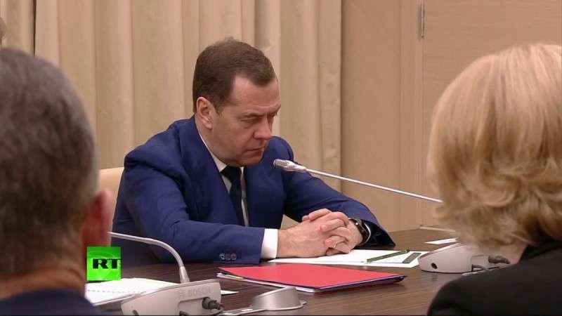Владимир Путин проводит совещание с членами правительства о машинах на газе