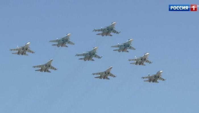 К Параду Победы боевые самолёты и вертолёты репетируют фигуры высшего пилотажа