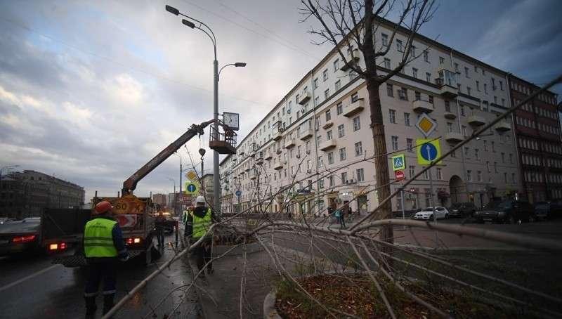 Москва. Последствия второй волны урагана: вырванные с корнем деревья, снесённые крыши