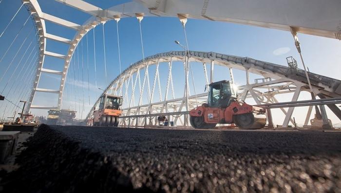 Крымский мост: строители завершили укладку дорожного покрытия