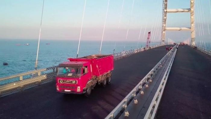 Крымский мост проверяли на прочность: колонна 35-тонных самосвалов удачно прошла