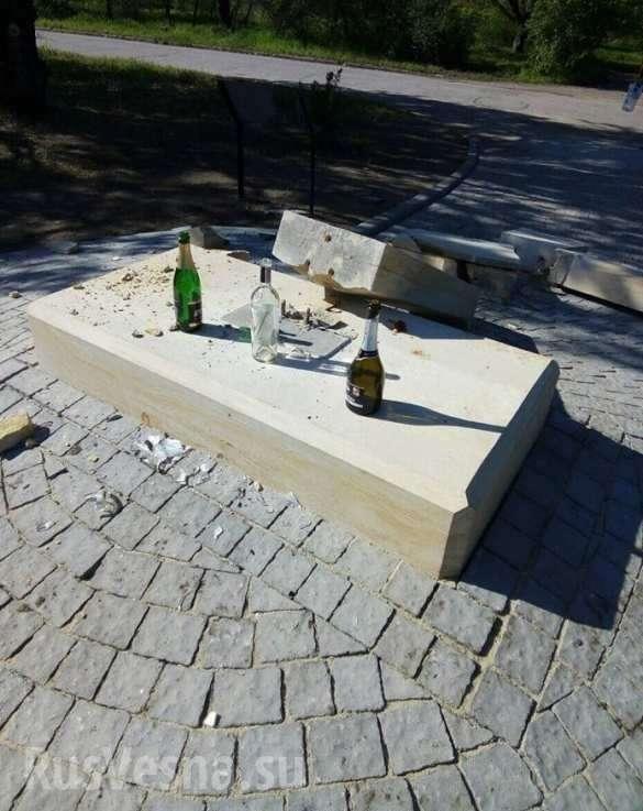 Запорожье: разрушен памятник карателям и убийцам, установленный неонацистами | Русская весна