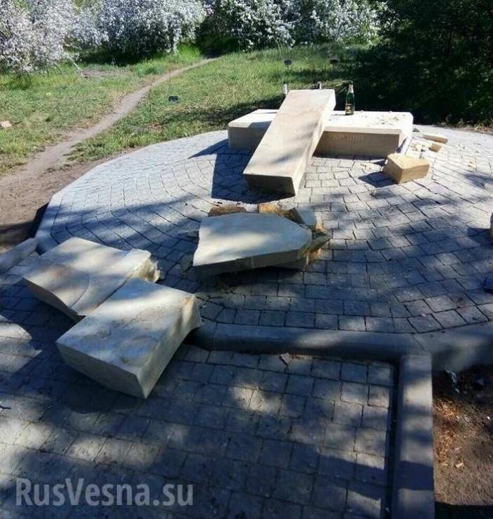 Запорожье: разрушен памятник карателям и убийцам, установленный неонацистами