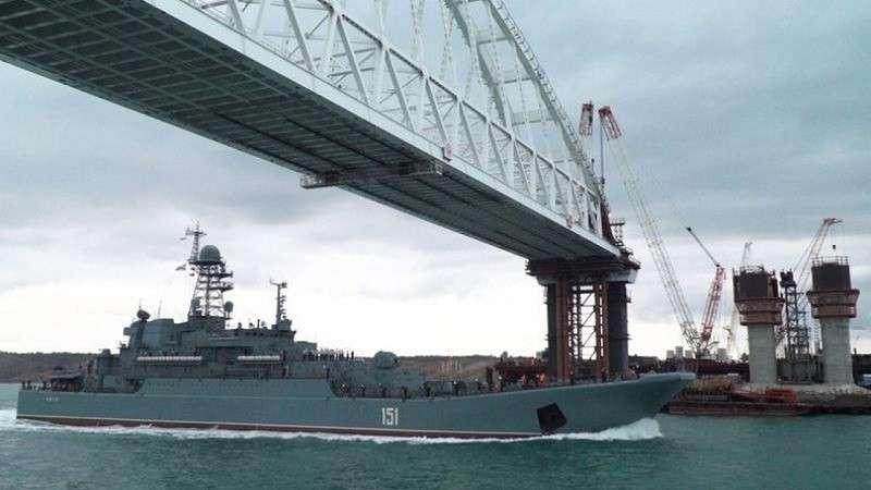 Видео прохода боевых кораблей ВМФ России под аркой Крымского моста