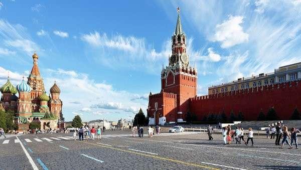 Люди гуляют по Красной площади в Москве