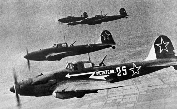 На фото: штурмовики Ил-2 на боевом задании, ВОВ