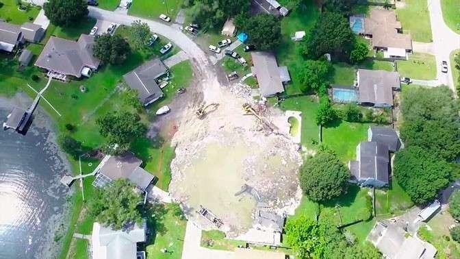 США. Гигантская воронка поглощает дома и участки во Флориде