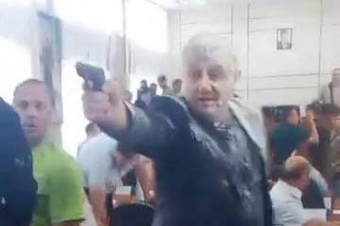 Украина: заседание горсовета Никополя завершилось обливанием зелёнкой, кефиром и стрельбой