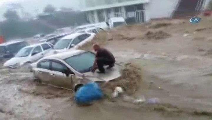 В Анкаре сильные ливни: вода сносит машины и затапливает дома