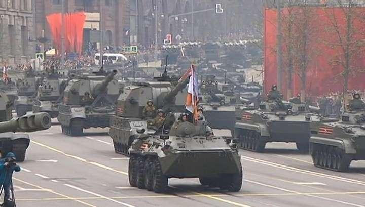 В Москве по Красной площади прошли боевые роботы