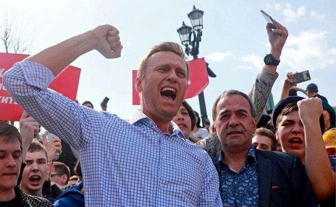 Лёша Навальный опять сбежал с баррикад, бросив школьников