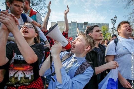 На видео с акций Навального увидели работу штатных провокаторов