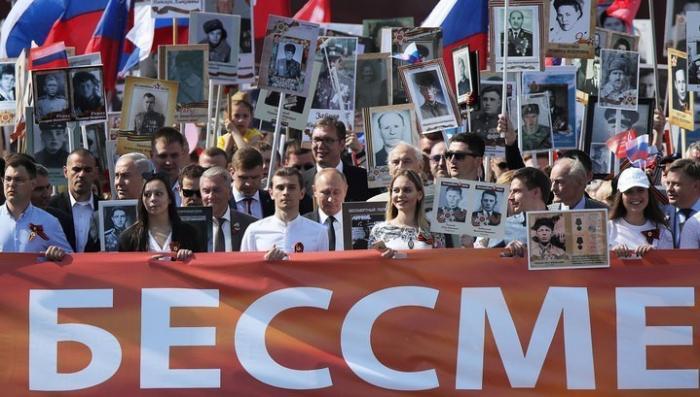 Владимир Путин, Александр Вучич и Беньямин Нетаньяху встали в строй «Бессмертного полка»