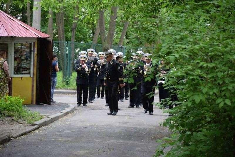 Одесситы подарили праздник ветерану, который не выходит из дома, проведя под окнами Парад