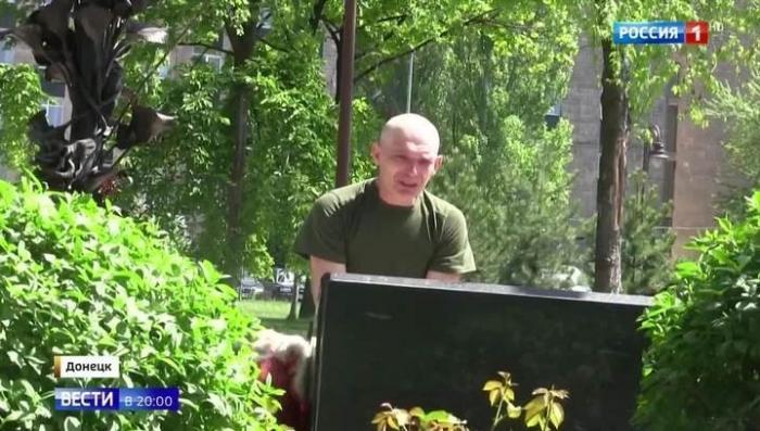 Каратель-диверсант из ВСУ встал на колени перед памятником погибшим детям Донбасса