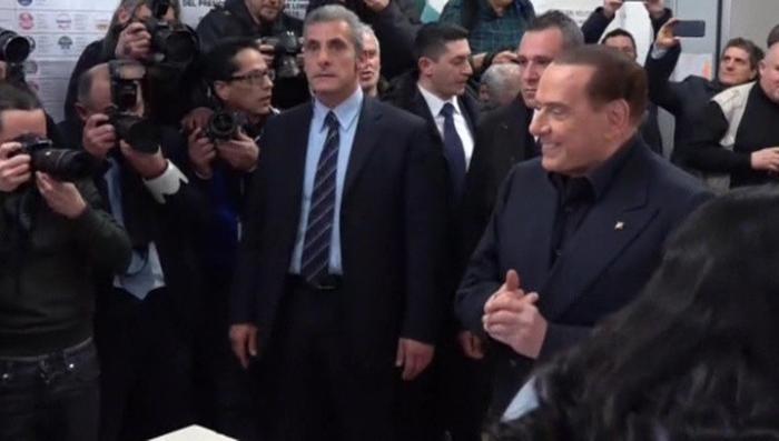Берлускони снова во власти: как кабальеро воплотил в жизнь сказку о Золушке