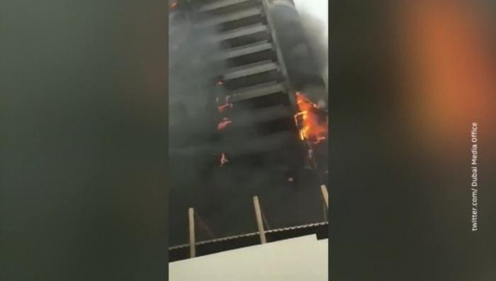В Дубае сняли на видео серьезный пожар в высотном здании