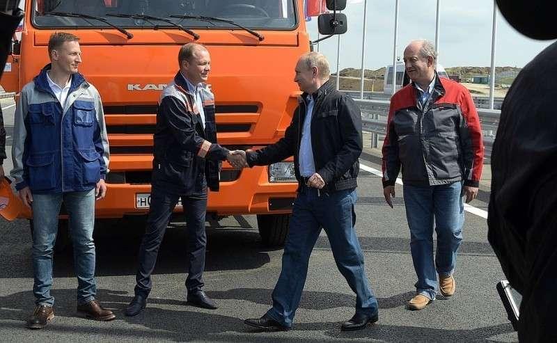 Перед проездом поКрымскому мосту Владимир Путин встретился состроителями объекта.