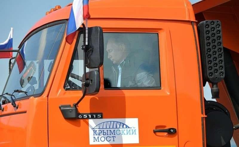 Владимир Путин принял участие воткрытии движения поавтодорожной части Крымского моста. Президент проехал зарулём головной машины вколонне строительной техники.