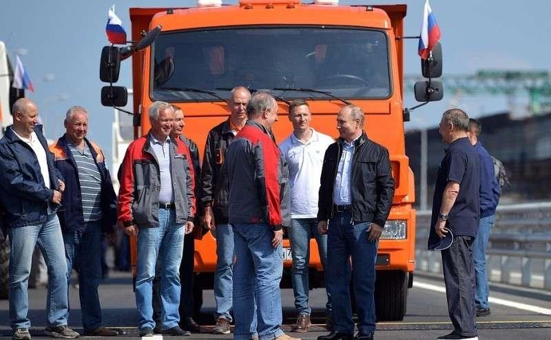 Состроителями перед началом торжественного митинга-концерте послучаю открытия автодорожной части Крымского моста.