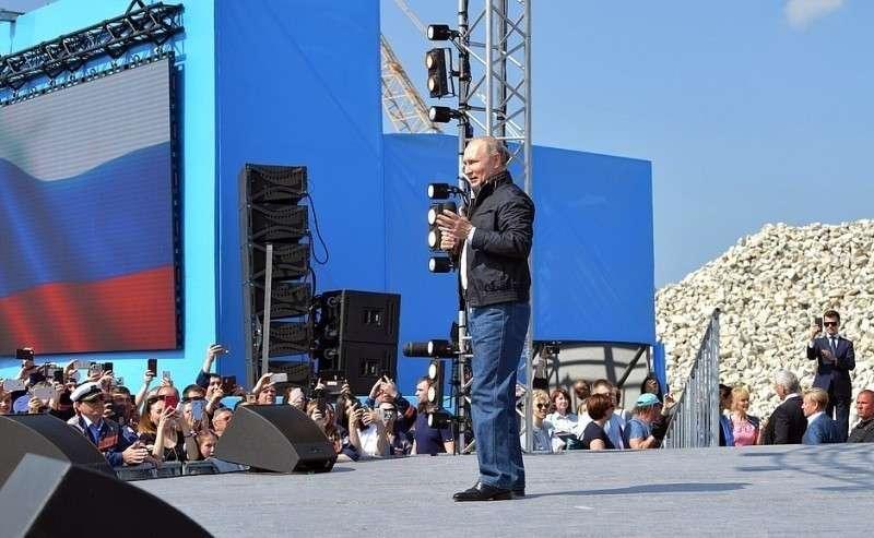 Наторжественном митинге-концерте послучаю открытия автодорожной части Крымского моста.