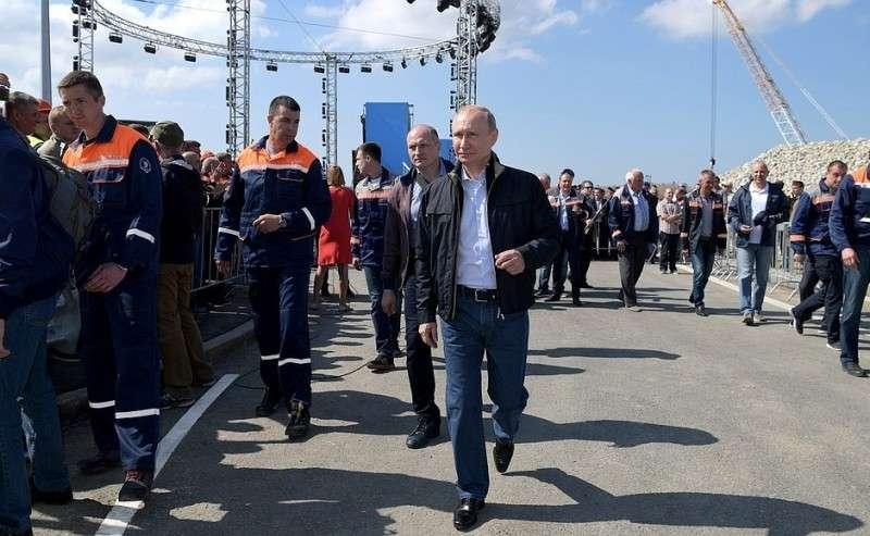 После торжественного митинга-концерте послучаю открытия автодорожной части Крымского моста.