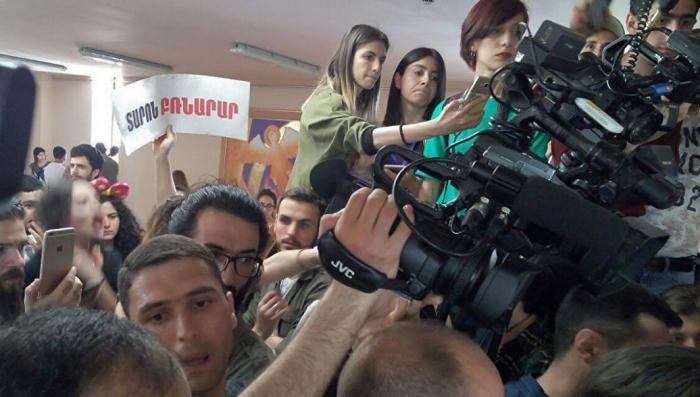 Армения: майданщики ворвались в здание мэрии