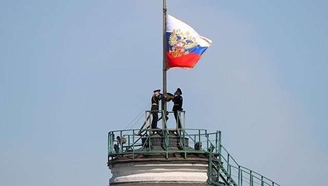 Штандарт президента РФ над куполом Сенатского дворца Московского Кремля. Архивное фото
