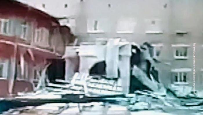 В Томске замерзли фонтаны, в ветер снес крышу больницы