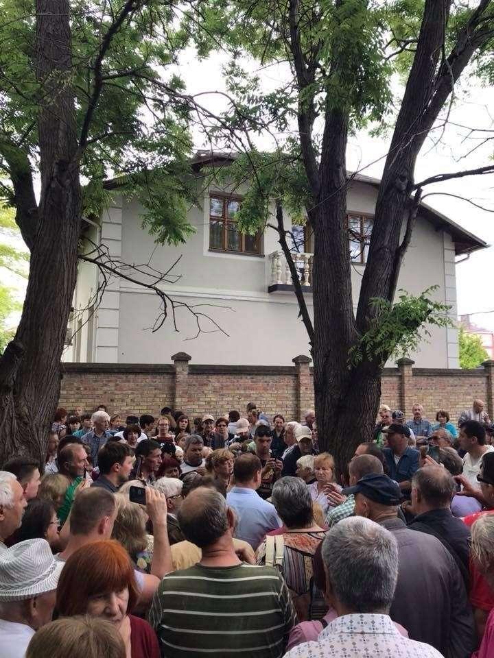 Как в Крыму полиция народ от барского забора отгоняла