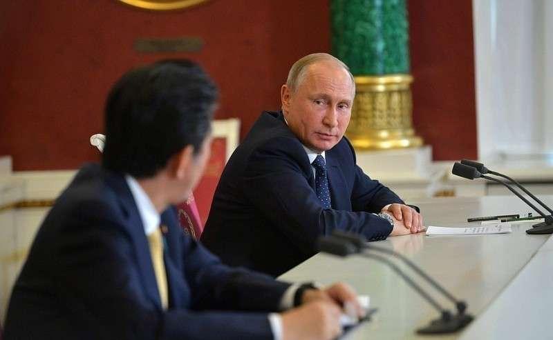 Позавершении российско-японских переговоров Владимир Путин иПремьер-министр Японии Синдзо Абэ сделали заявления для прессы.