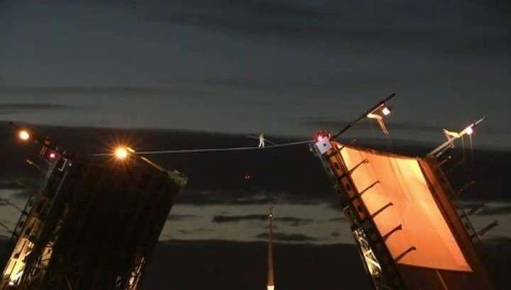 Петербург: канатоходец прошёл над разведенным мостом на Неве