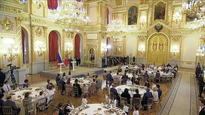 Владимир Путин вручил ордена «Родительская слава» многодетным семьям