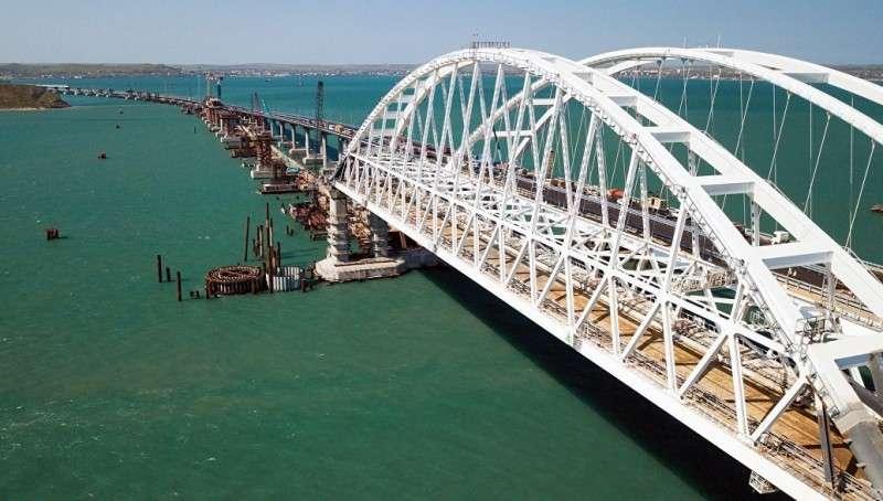 Последняя свая железнодорожной части моста в Крым установлена