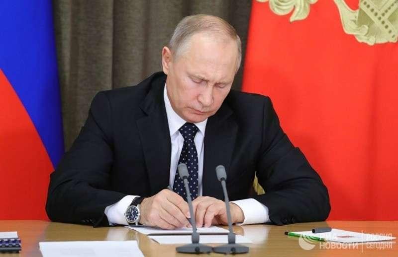 Владимир Путин подписал закон о контрсанкциях против США