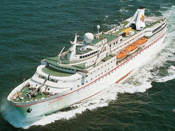 Лайнер с немецкими туристами проигнорировал санкции ЕС и прибыл в Крым