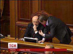 Янукович подал на Хунту в суд