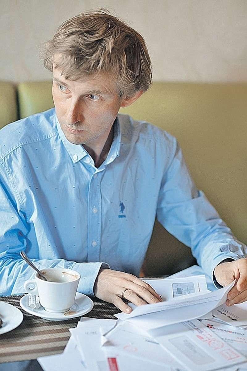 Александр Егорцев пытается вычислить всех, кого «поселили» в его квартиру несколько лет назад. Фото: Дмитрий СТЕШИН