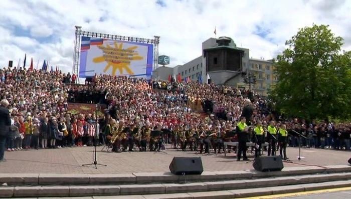 В Екатеринбурге в День России провели парад дружбы народов и хоровой флешмоб
