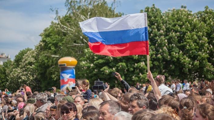 В Донецке тысячи жителей ДНР отметили День России