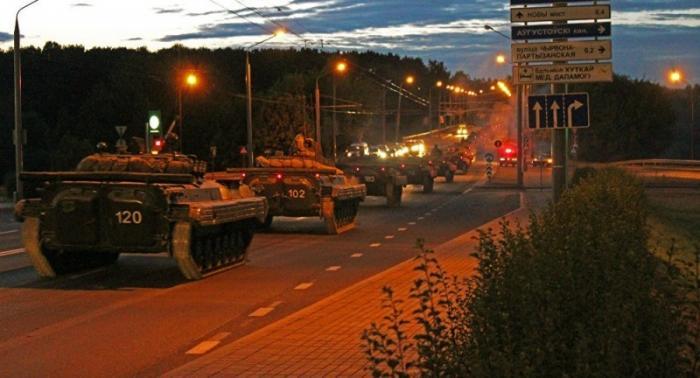 Беларусь: километровая военная колонна ночью выдвинулась к литовской границе
