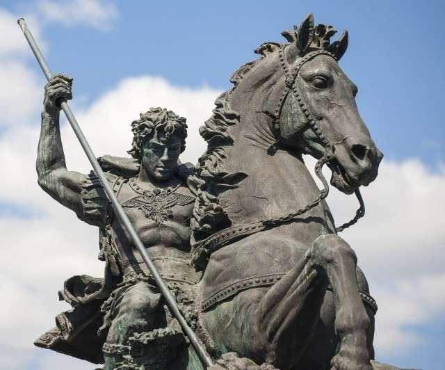 Георгий Победоносец убивает змея (скульптура)