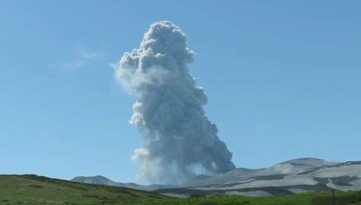 Вулкан на Курильских островах выбросил трехкилометровый столб дыма